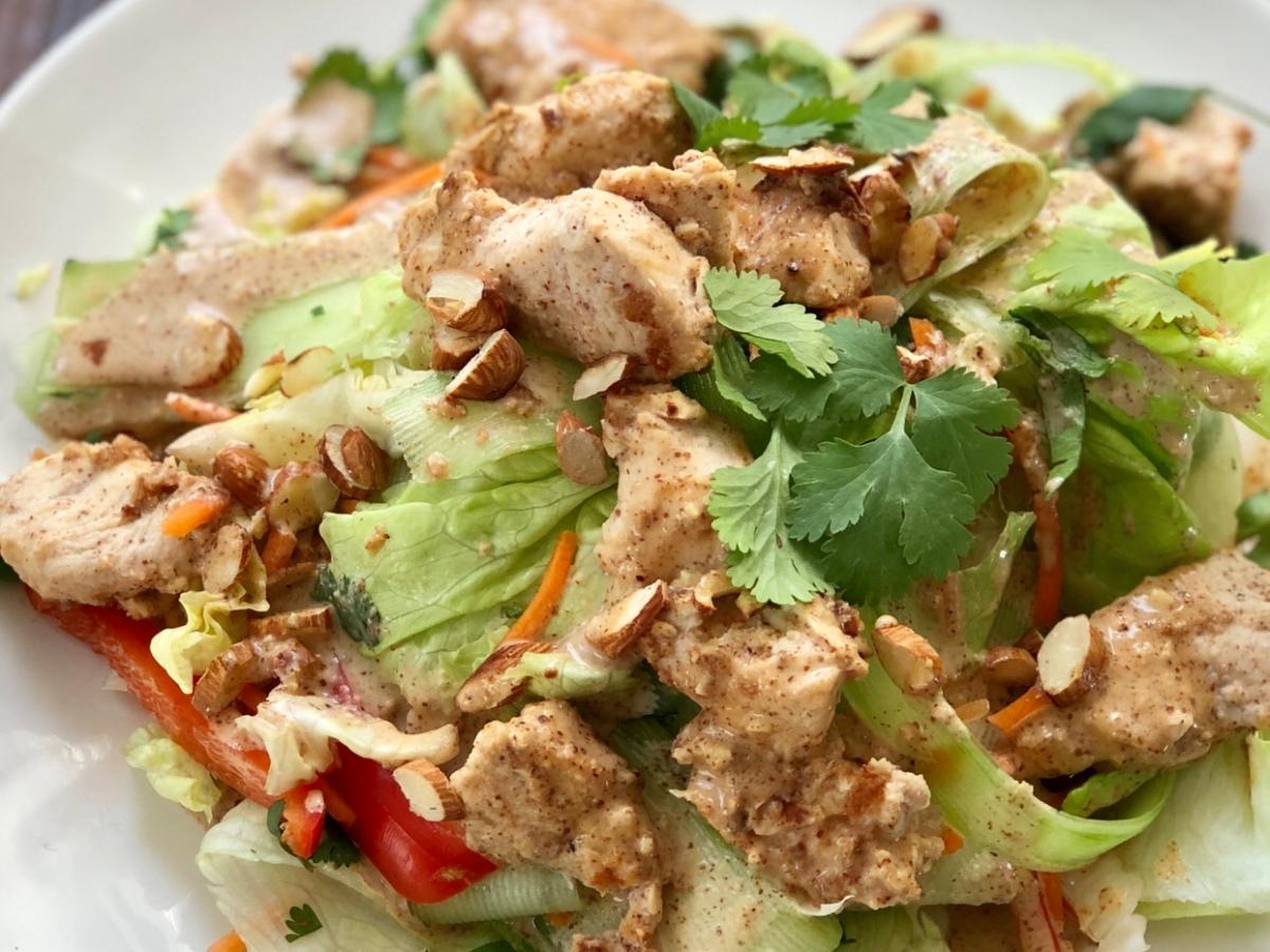 Salată de pui satay